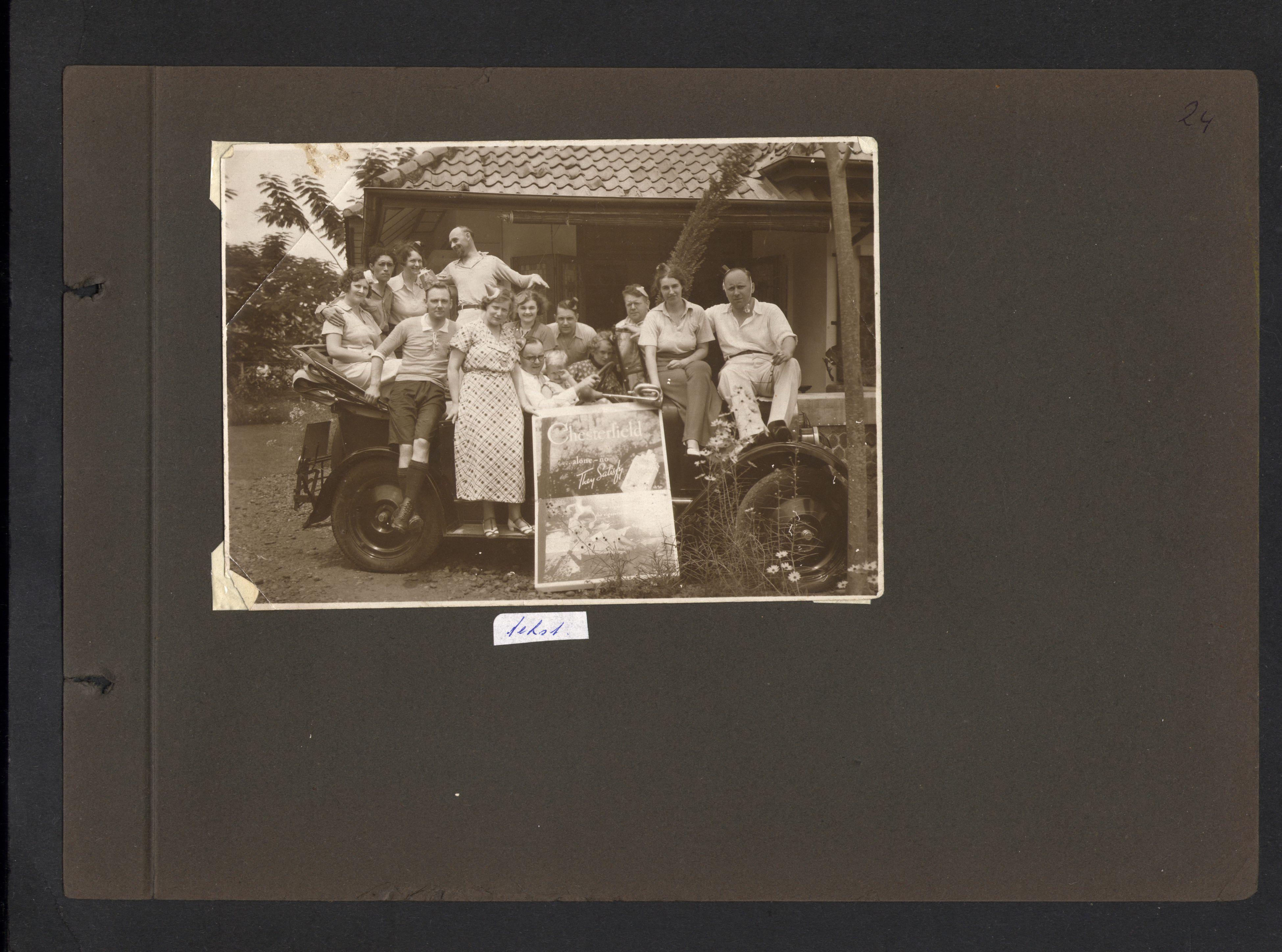 De eerste foto die ons naar Nederlands-Indië voert. Wie zijn dit? Verjaardagsfeest, Chesterfield?